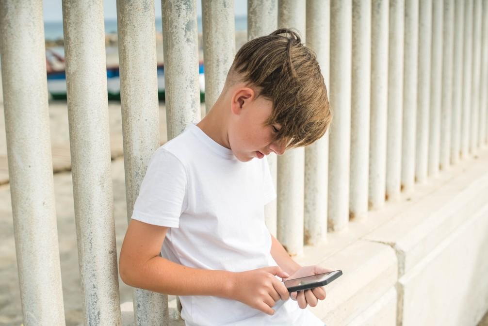 enfant jouant téléphone