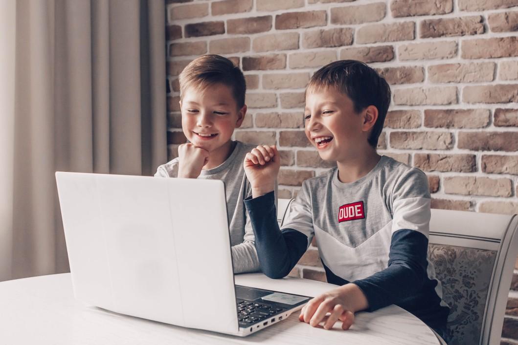 enfants jouant ordi portable